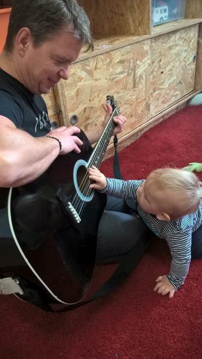 chlopiec z gitara